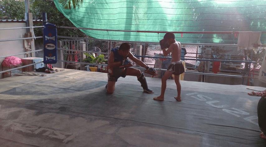 Giatbundit Gym - Isaan Muay Thai - Phutthaisong Buriram - pad holding