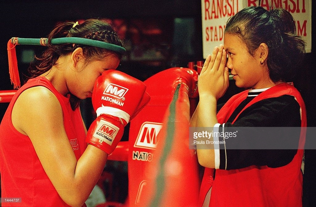 Fah Sathan giving mongkol blessing to Featherweight champion Rung-arun - Rangsit 2000
