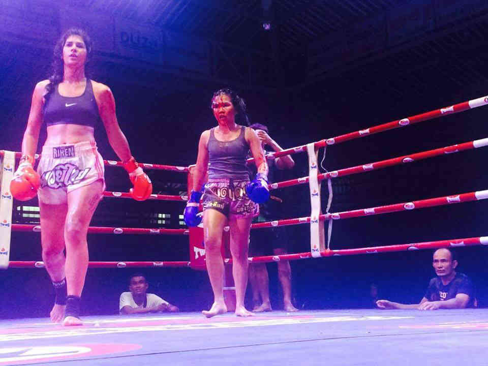 Modt Daeng - Bloody Female Face with Opponent-001
