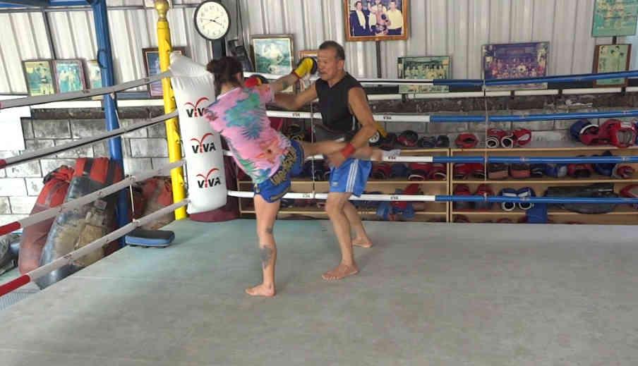 Arjan Surat - Dejrat Gym in Bangkok - Sylvie Kick 2